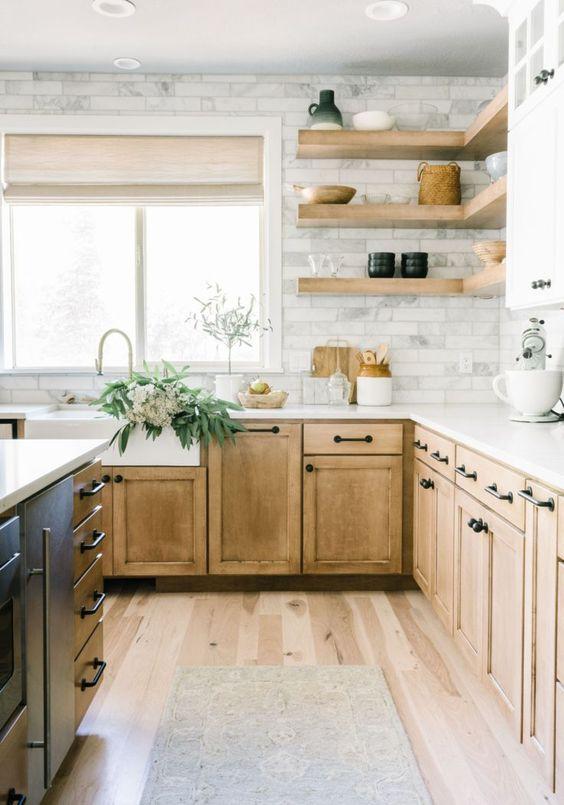une cuisine en bois clair avec un dosseret en marbre et des étagères flottantes ouvertes est un espace assez rustique