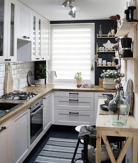 une belle cuisine scandinave en noir et blanc, avec du bois légèrement teinté et suffisamment de lumière est cool