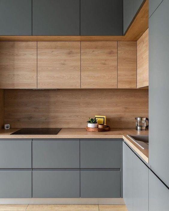 une cuisine minimaliste en L en bois gris et teinté est un espace élégant et très raffiné