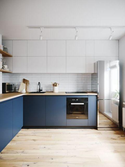une cuisine bicolore minimaliste avec des comptoirs de boucherie et un réfrigérateur miroir est une solution très avant-gardiste