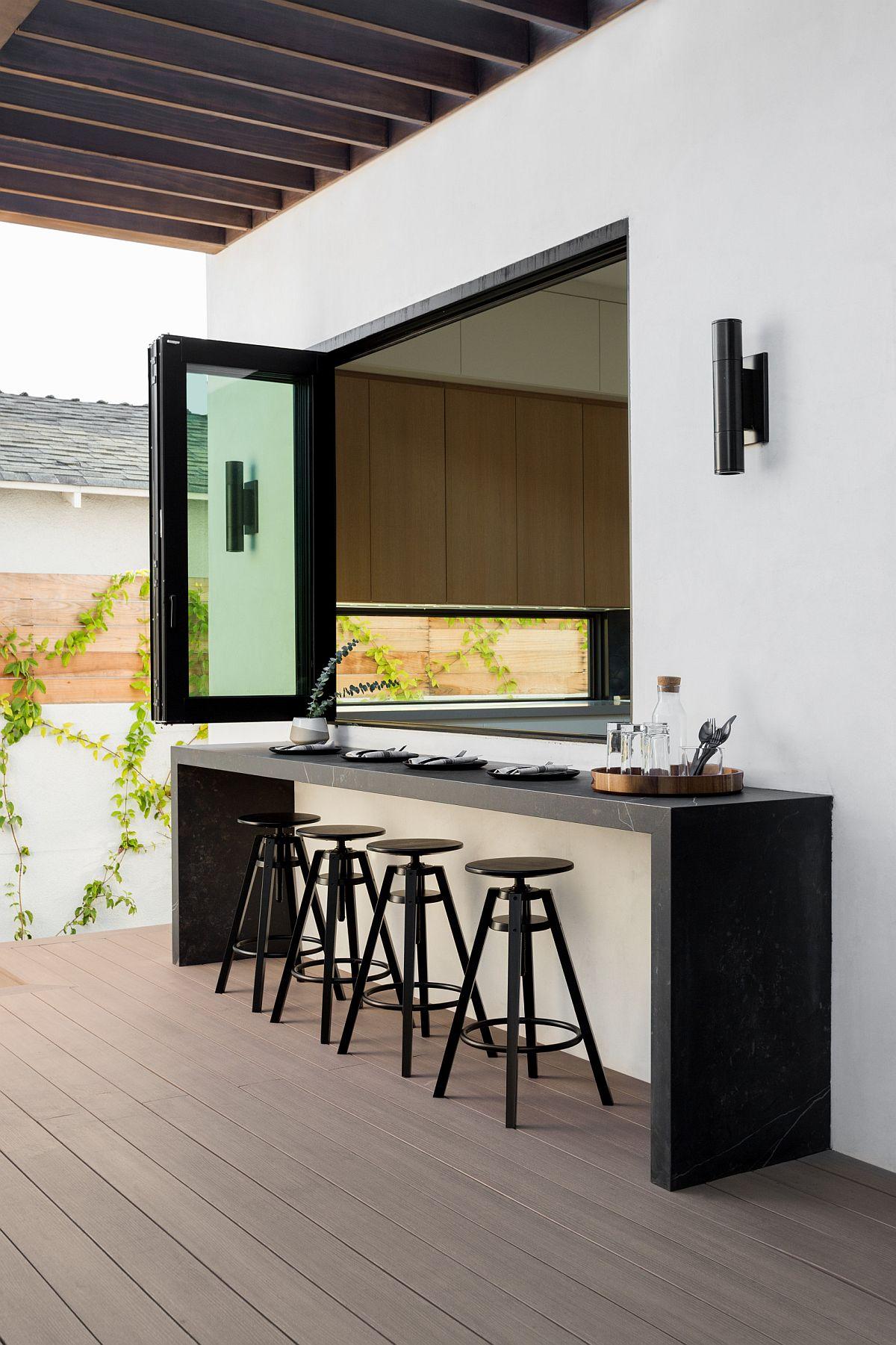 La fenêtre relie la cuisine à l'intérieur de la maison relie la maison à la cuisine extérieure