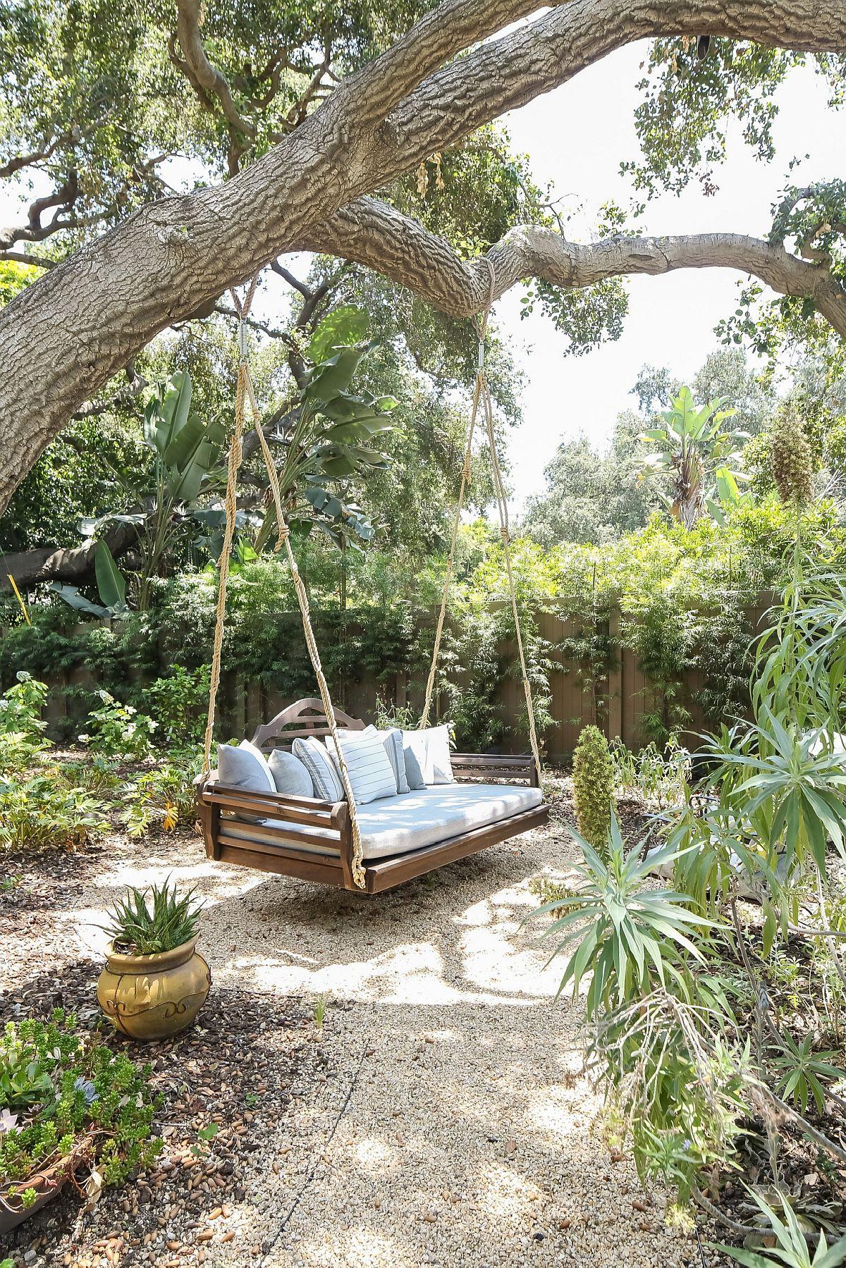 Le banc pivotant dans le jardin est un endroit idéal pour se reposer dans le jardin