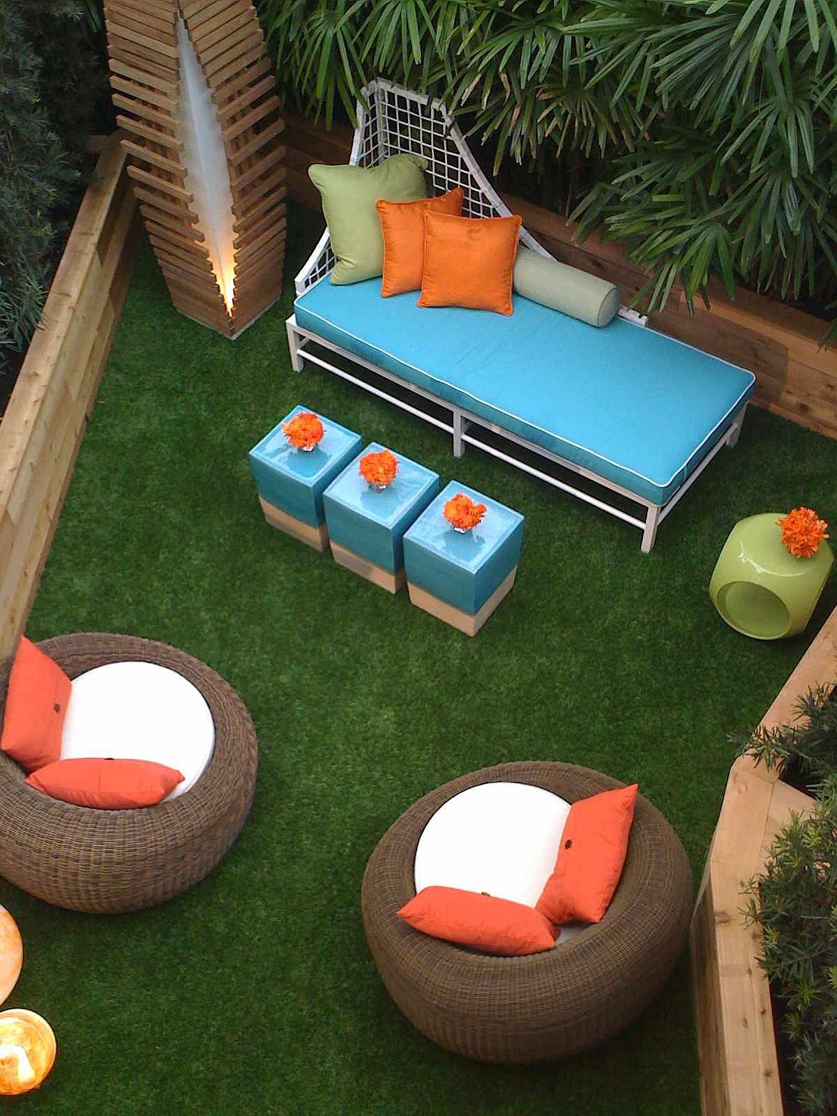 Sièges bleus brillants avec des accents orange sélectionnés pour le petit patio extérieur