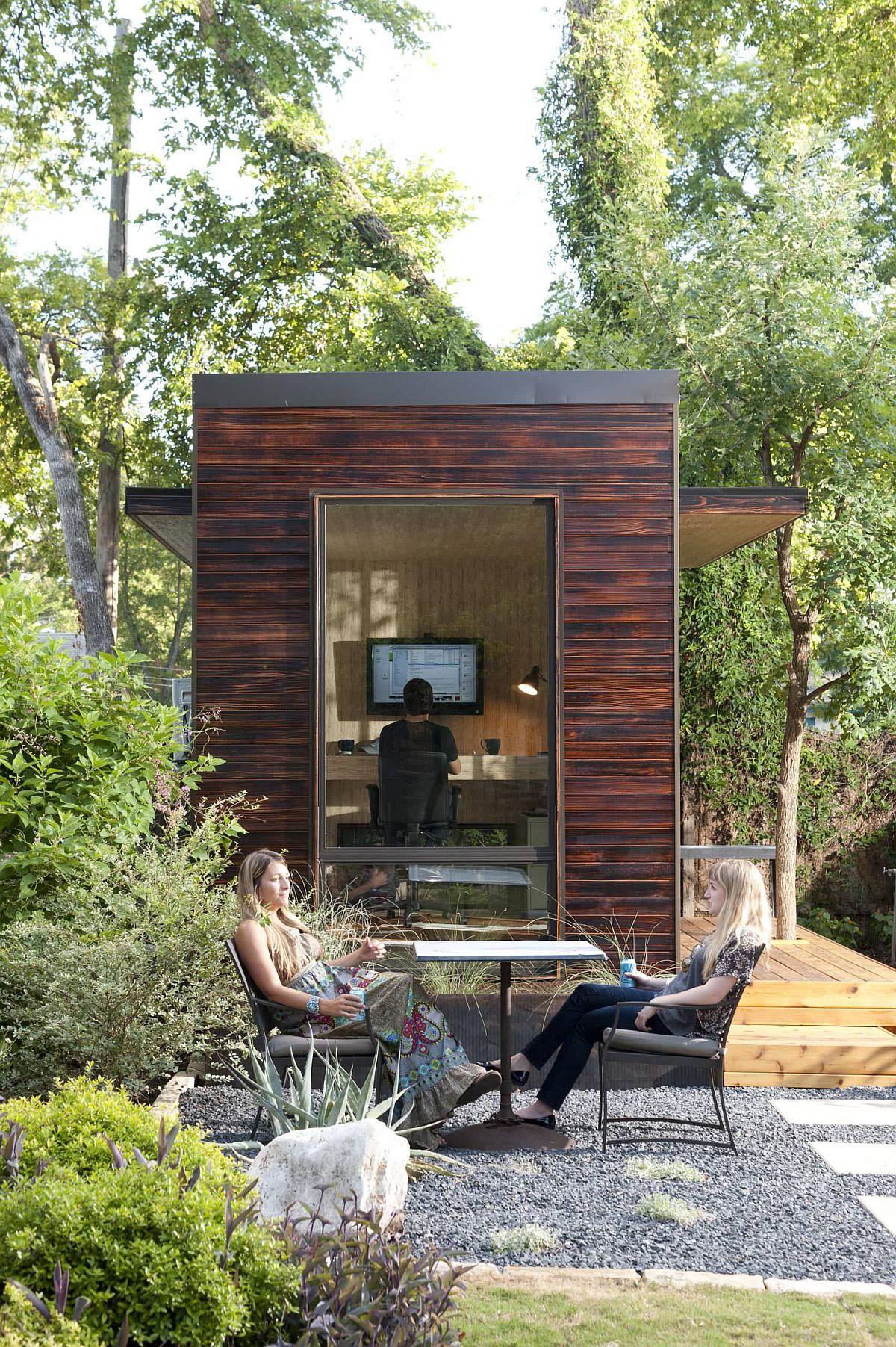 Le petit bureau à domicile dans la cour arrière offre un espace de travail paisible
