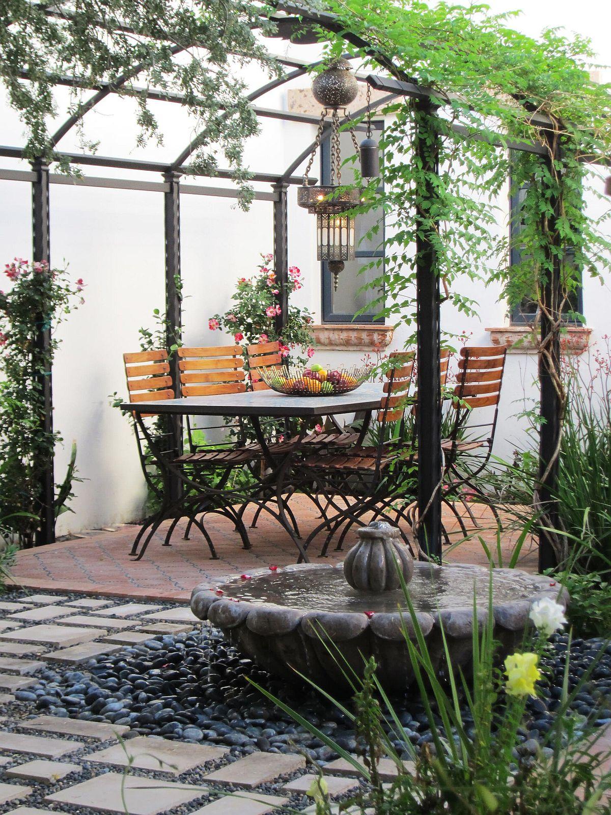 Structure de pergola mince associée à des plantes grimpantes pour créer de l'ombre dans le jardin