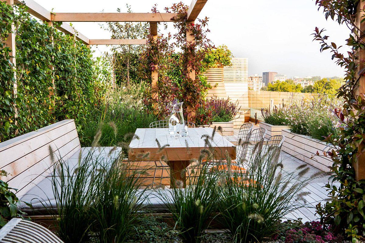 Le mur de verdure autour du lieu de rencontre extérieur offre une grande intimité