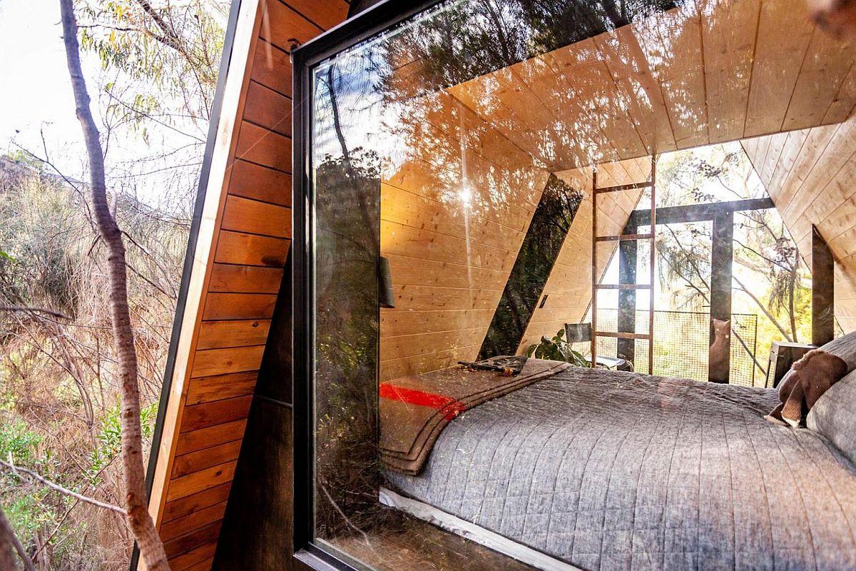 Les grandes fenêtres vitrées apportent une lumière naturelle suffisante dans le lieu de rencontre amusant à cadre en A