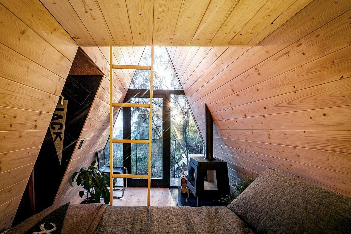 Intérieur confortable de la brillante cabane dans les arbres bordée de pin de la Baltique