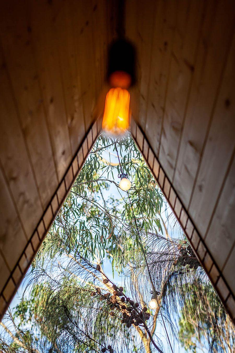 Un cadre de la cabine se rétrécit au sommet tout en apportant la vue à l'intérieur