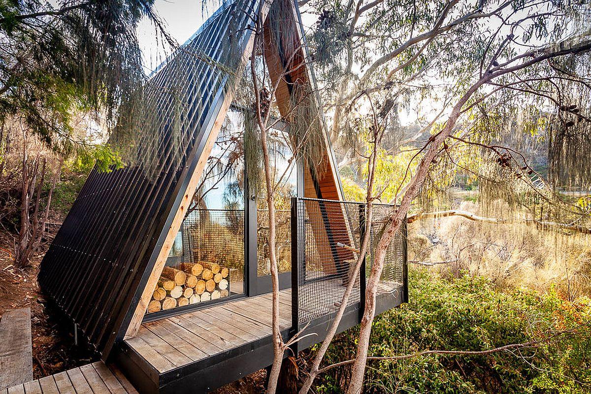 La fabuleuse cabane dans les arbres construite à partir de matériaux recyclés se trouve sur un joli terrain verdoyant