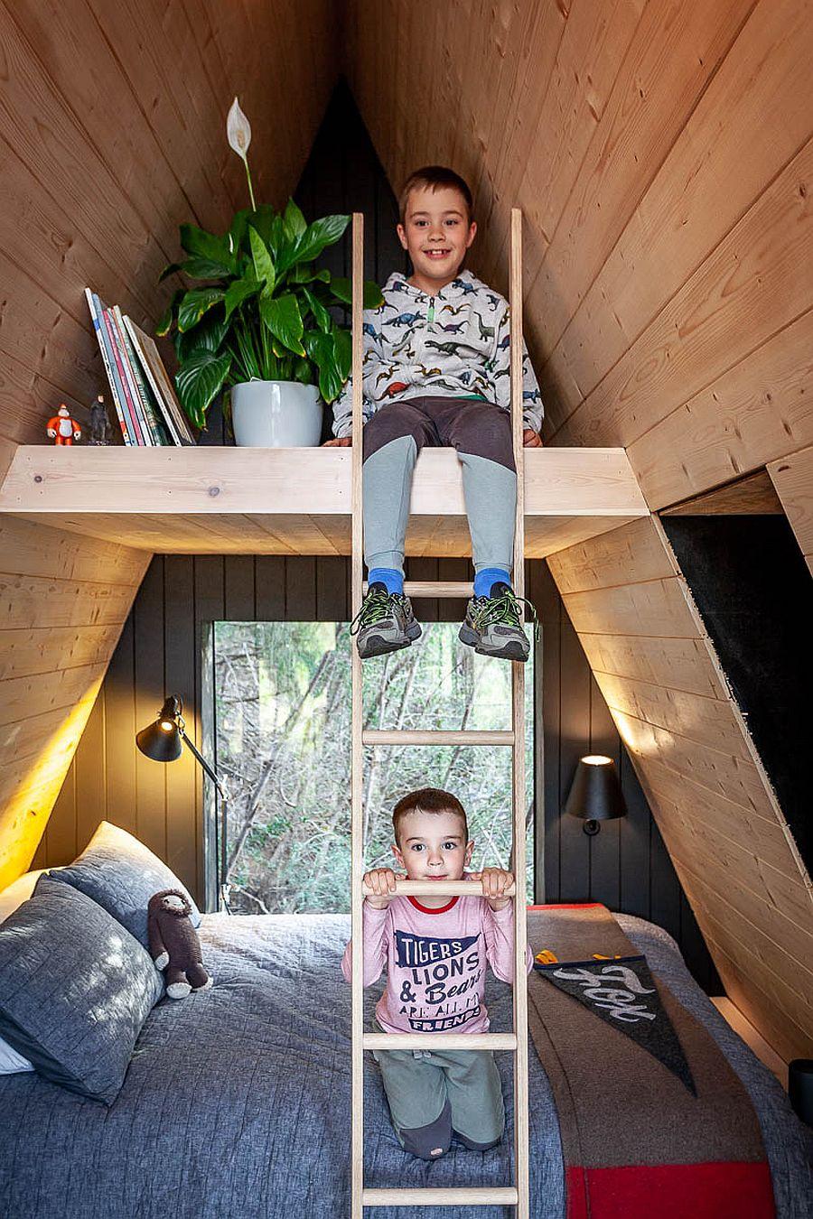 Lits superposés à l'intérieur de la cabane à ossature A pour les deux garçons
