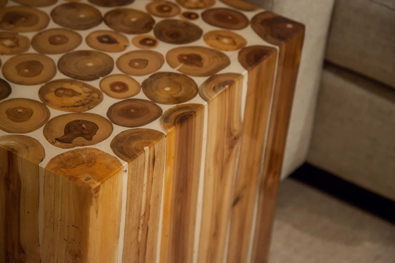 salle-familiale-contemporaine-table-en-bois-detail