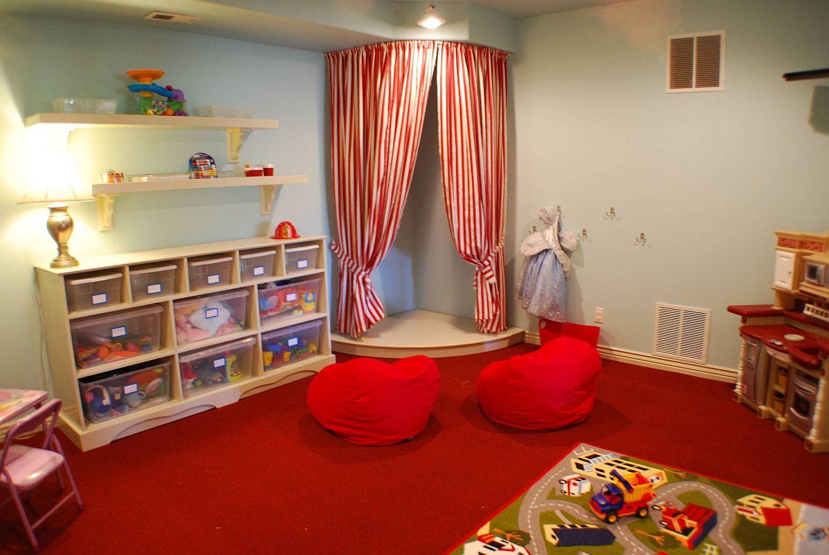 Boîtes de rangement soigneusement empilées chez les enfants & # 039;  la pièce occupe les petites étagères et rend les choses accessibles aux enfants