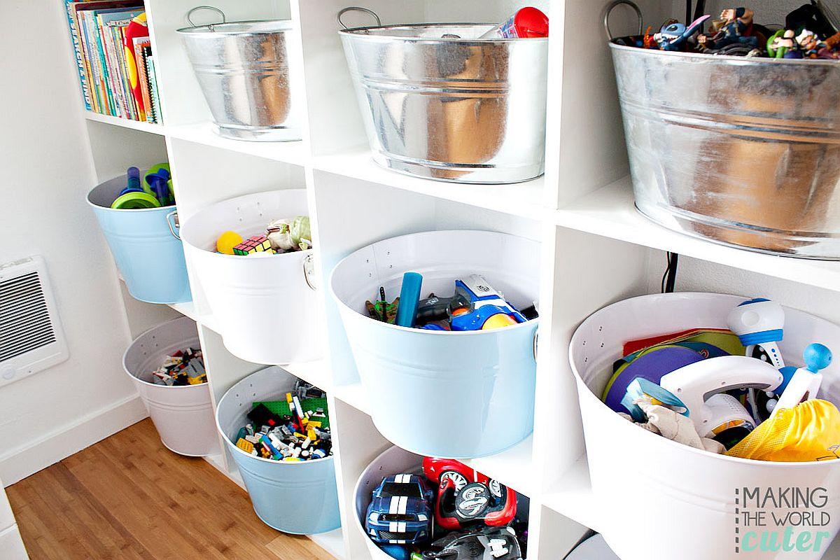 Une série de paniers et de bacs transforme les étagères ouvertes en un espace de rangement organisé
