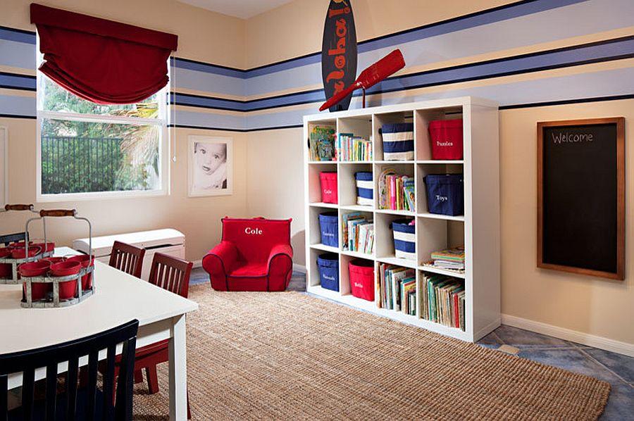 Enfants & # 039;  chambre avec style nautique fetaures une étagère ouverte pour le stockage des jouets avec des paniers