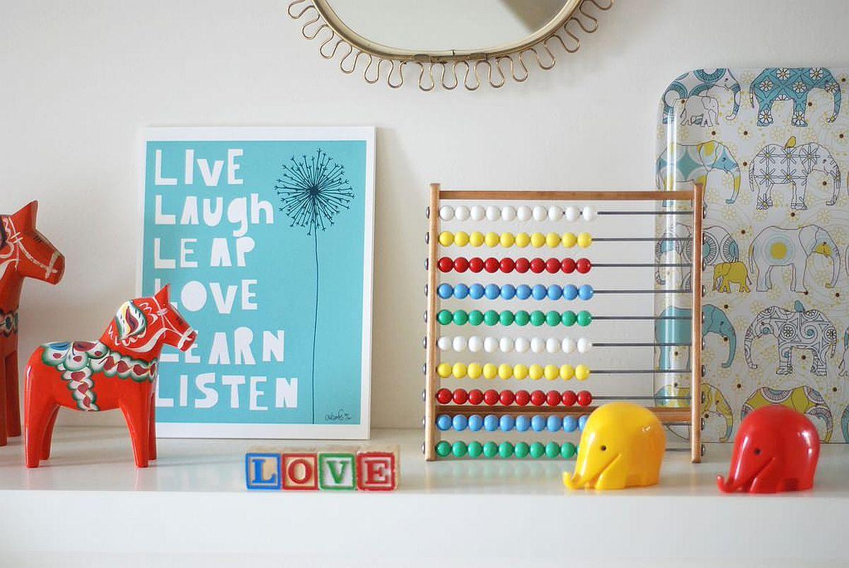 Arrangement de jouets couplé à des armoires de rangement avec un zeste coloré chez les enfants & # 039;  salle