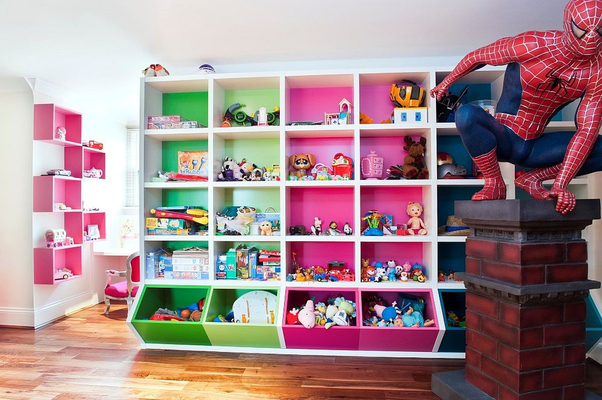 Le mur coloré d'étagères crée un fabuleux point focal dans cet enfant & # 039;  salle et aire de jeux