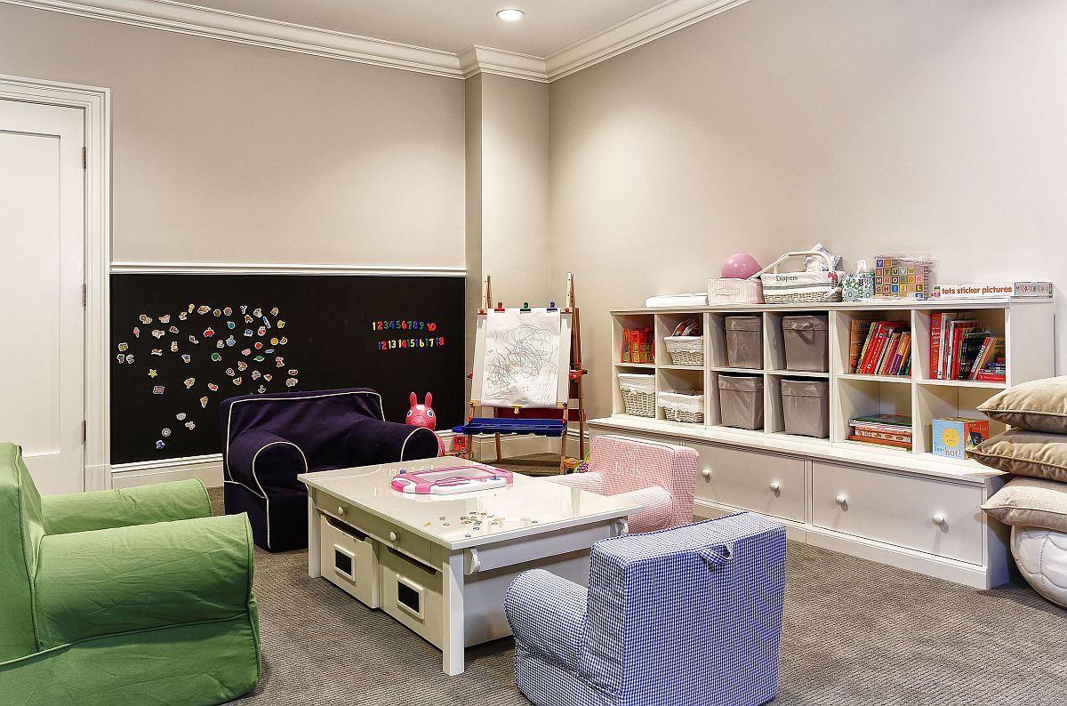 Enfants ingénieux & # 039;  salle de jeux avec plusieurs options de rangement pour jouets