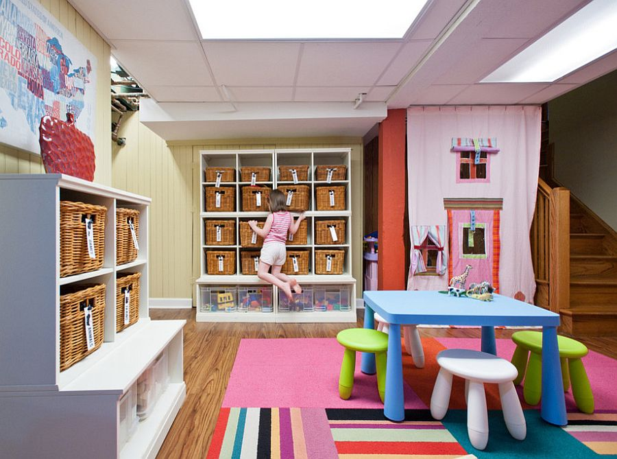 Le mur de paniers dans la salle de jeux pour enfants a un impact instantané à la fois visuellement et fonctionnellement