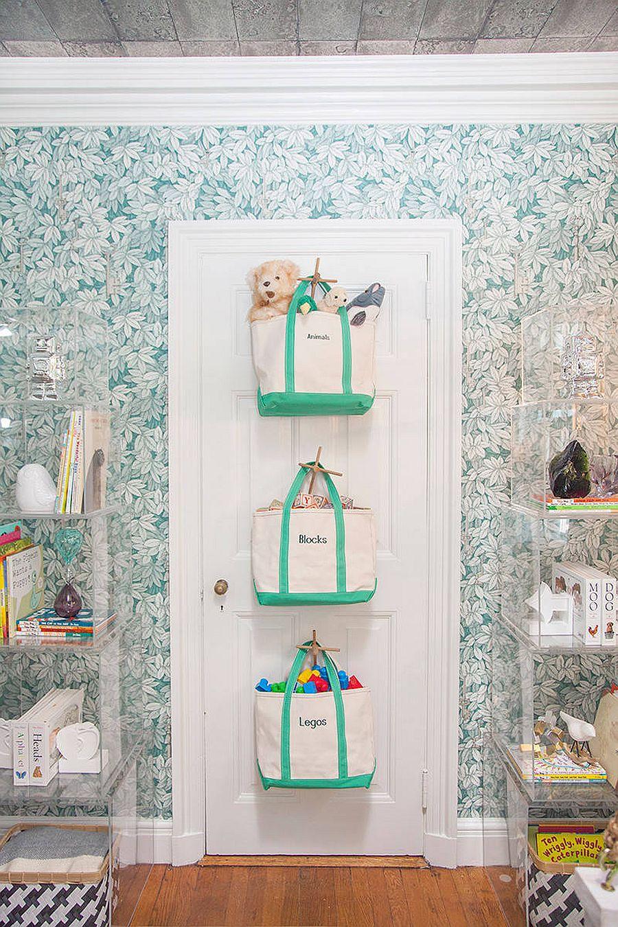 Les sacs accrochés derrière la porte offrent un moyen peu encombrant de ranger les jouets et plus