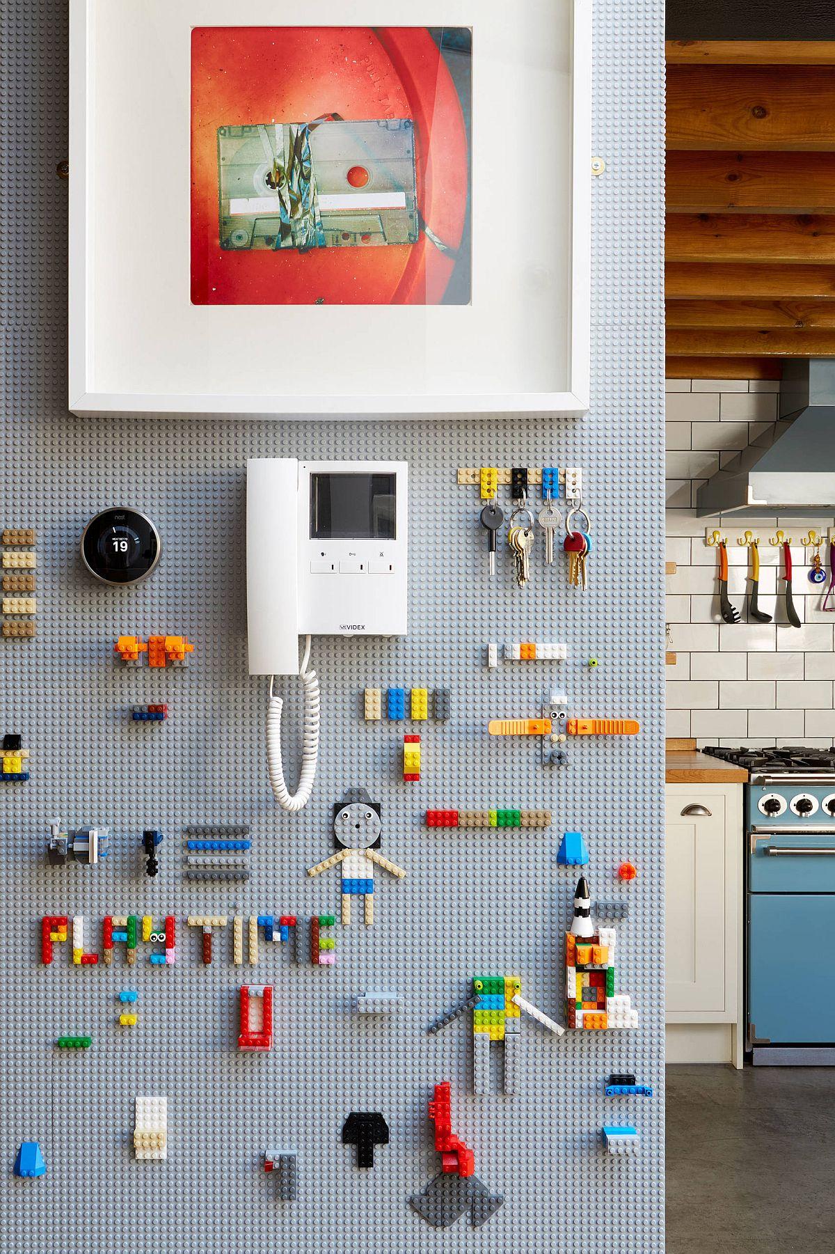 Utilisation d'un mur en panneaux perforés pour ranger les petits jouets et accessoires chez les enfants & # 039;  salle