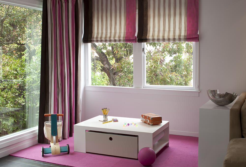 Le petit bureau dans la salle de jeux sert également de zone de rangement pour les enfants & # 039;  salle de jeux