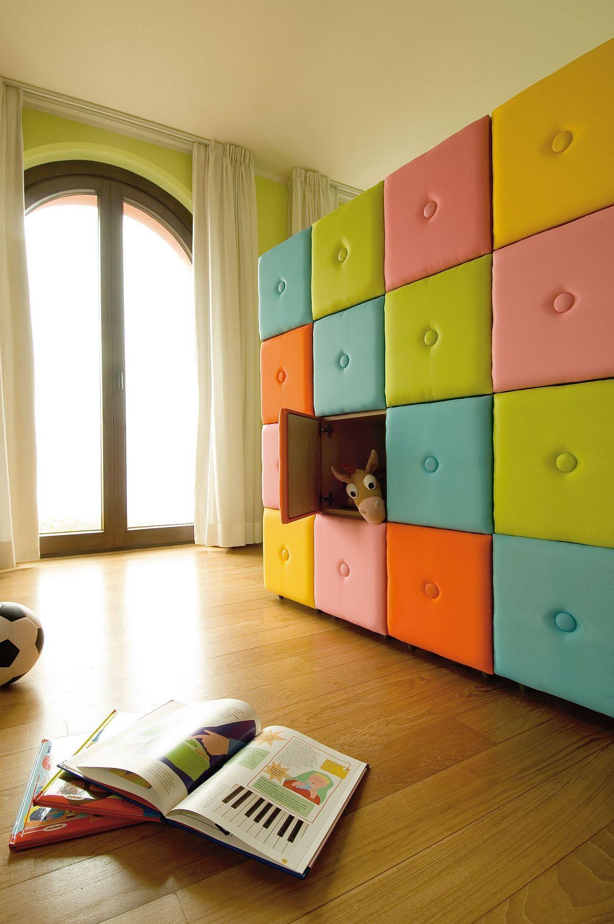 Mur coloré et créatif de cubes de rangement chez les enfants & # 039;  salle