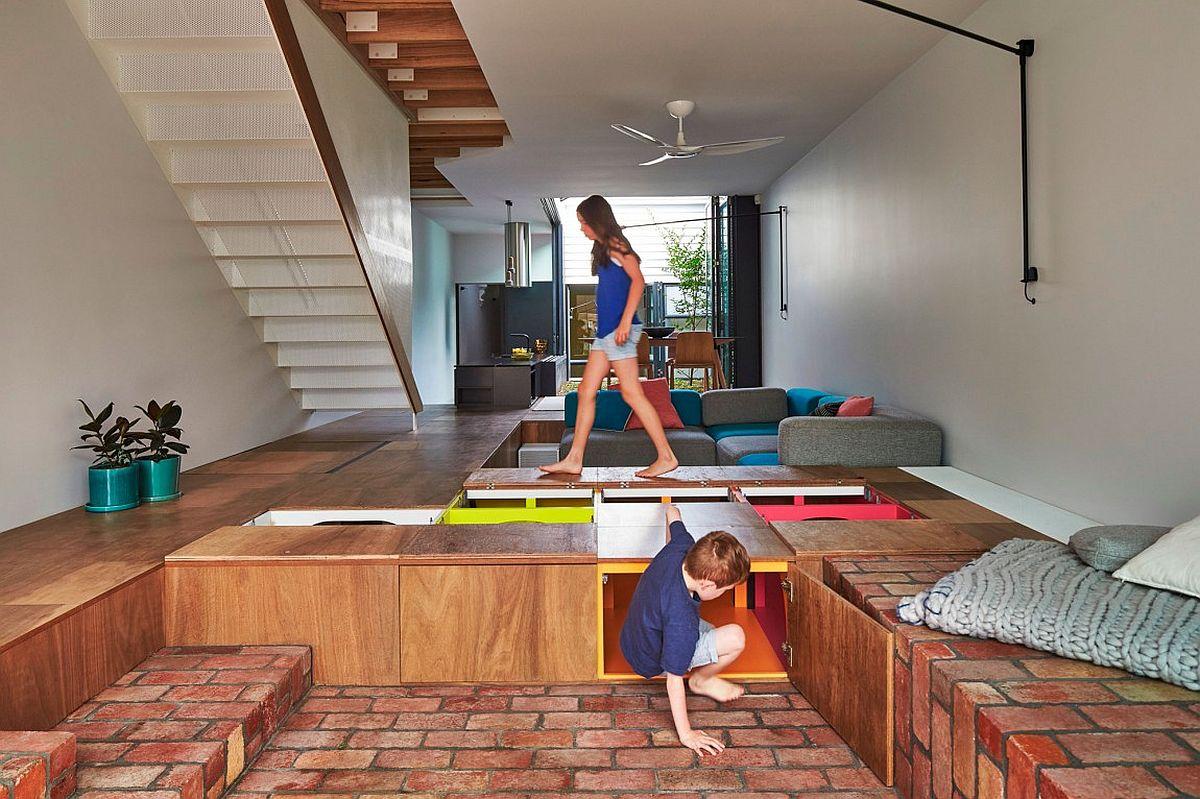 Les boîtes encastrées dans le sol offrent un espace de rangement incroyable dans cette maison moderne
