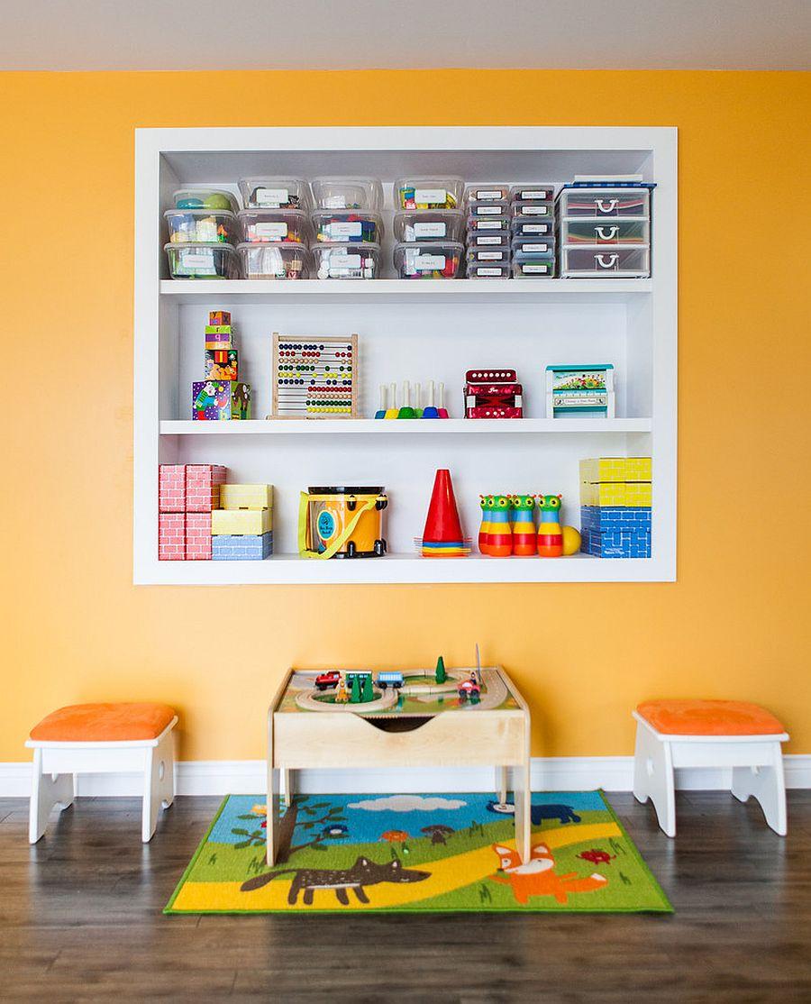 Des étagères personnalisées dans le mur vous permettent de maximiser l'espace dans les enfants & # 039;  place tout en rangeant les jouets