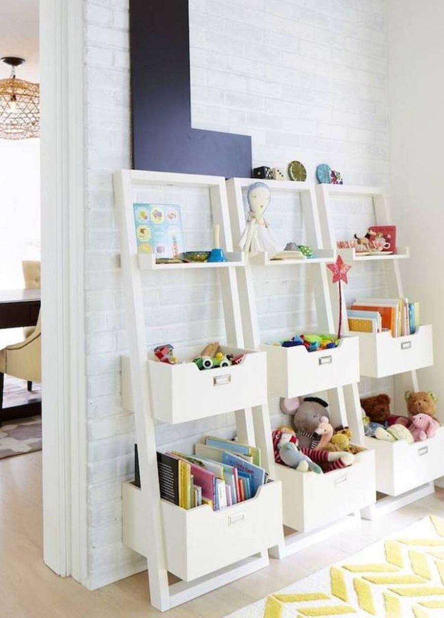 Options de rangement pour jouets ouvertes de style échelle qui aident à ranger tout le désordre chez les enfants & # 039;  salle