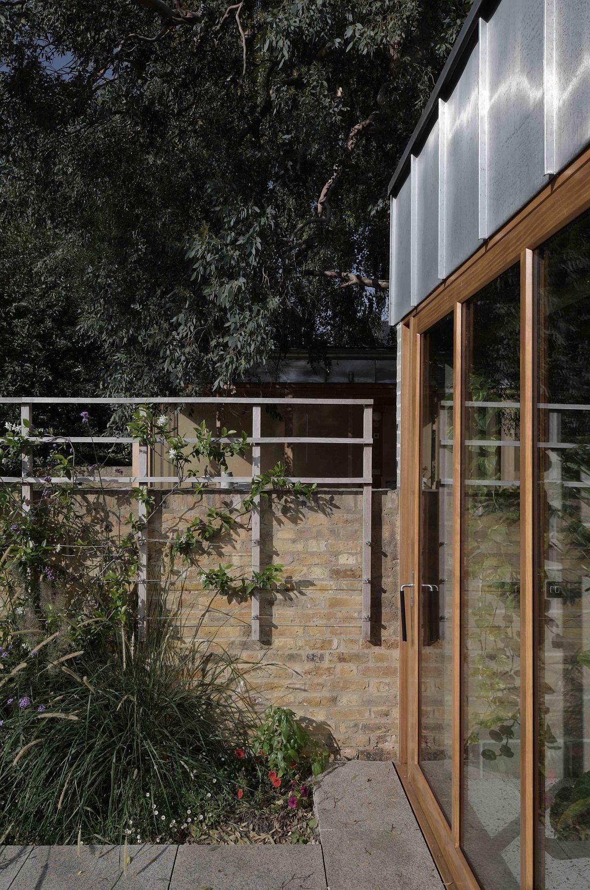Les portes coulissantes en verre avec un bois offrent une intimité adéquate tout en apportant l'extérieur à l'intérieur