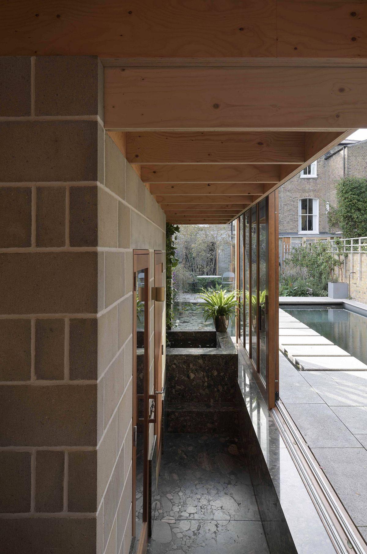 Le salon de jardin de la maison londonienne peut être utilisé de plusieurs façons