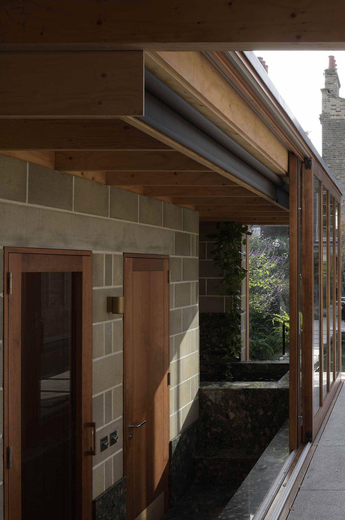 Structure de toit en bois d'ingénierie associée à des murs en parpaings pour la salle de jardin