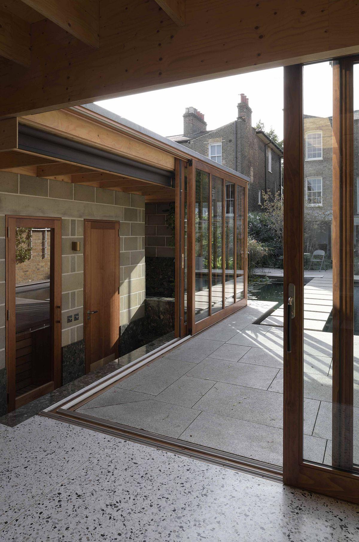 L'espace autour de la salle de jardin se jette dans le paysage extérieur