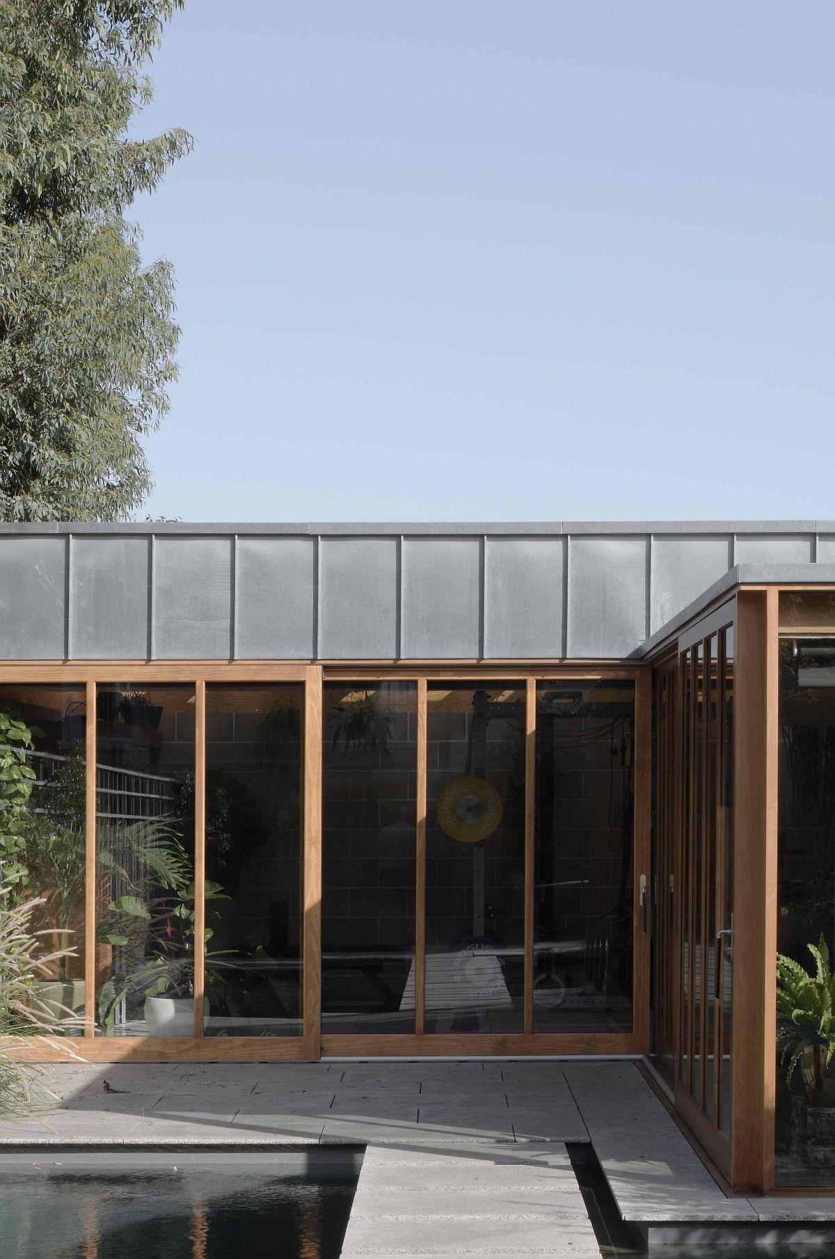 Le grand arbre d'eucalyptus à l'extérieur offre de l'ombre à l'élégante salle de jardin