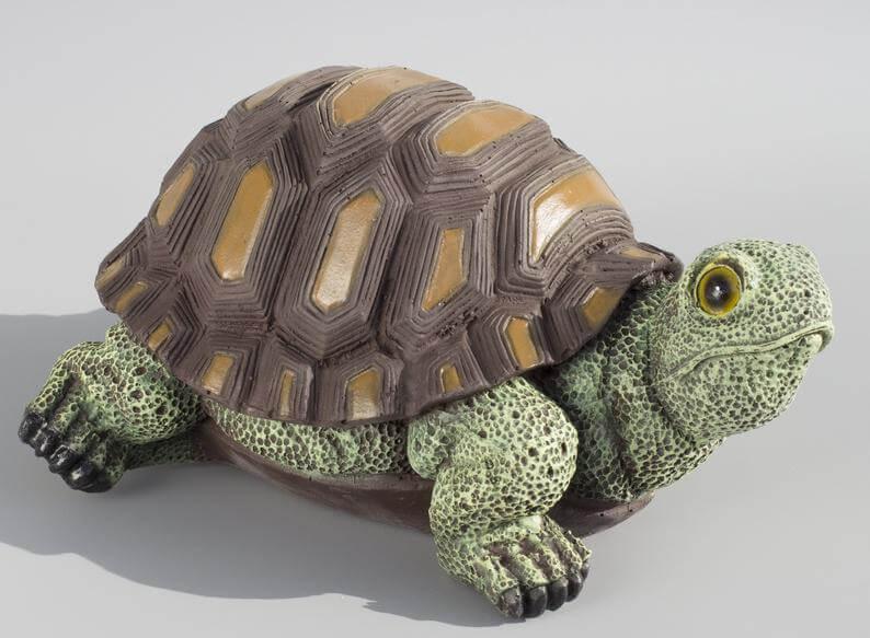 Statue de jardin tortue timide et intemporelle