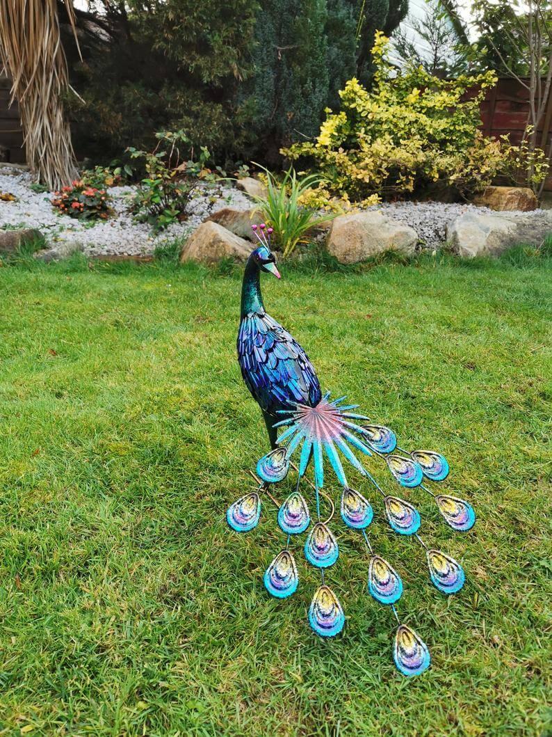 Statue de jardin de paon irisé audacieux et fier