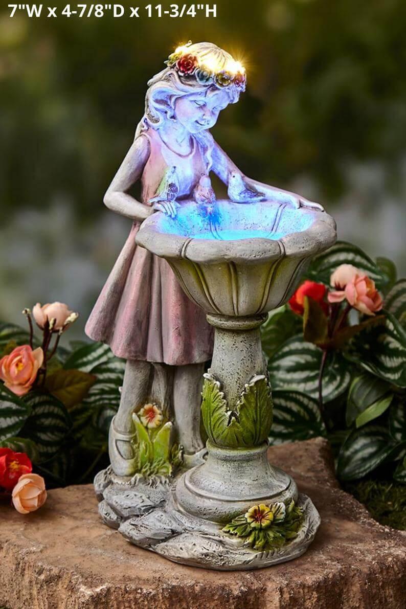 Bain d'oiseau de fée du jardin minuscule et souriant