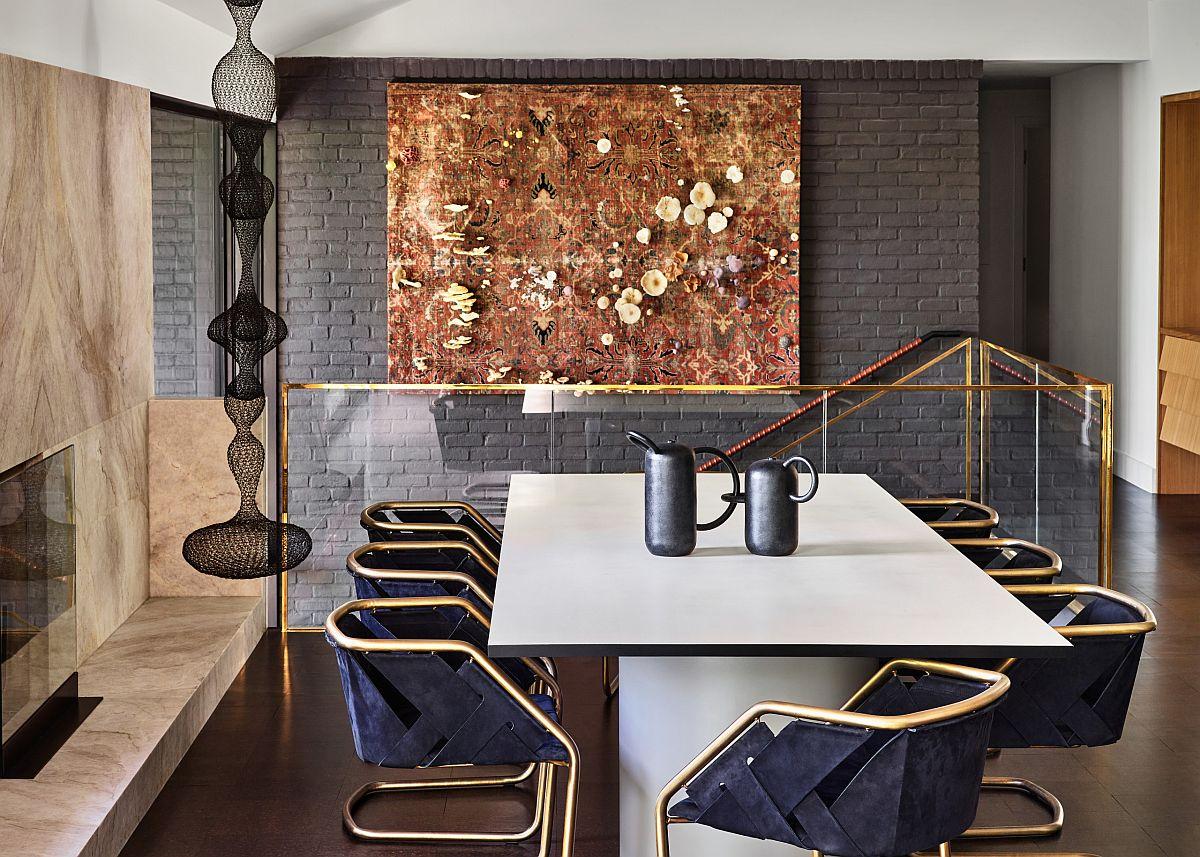Superbe bureau à domicile moderne du milieu du siècle avec des reflets dorés et un fond de mur de briques peintes en gris
