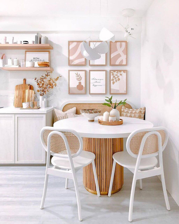 Salle à manger blanche et bois parfaite avec une table à manger ronde et des accents pastel
