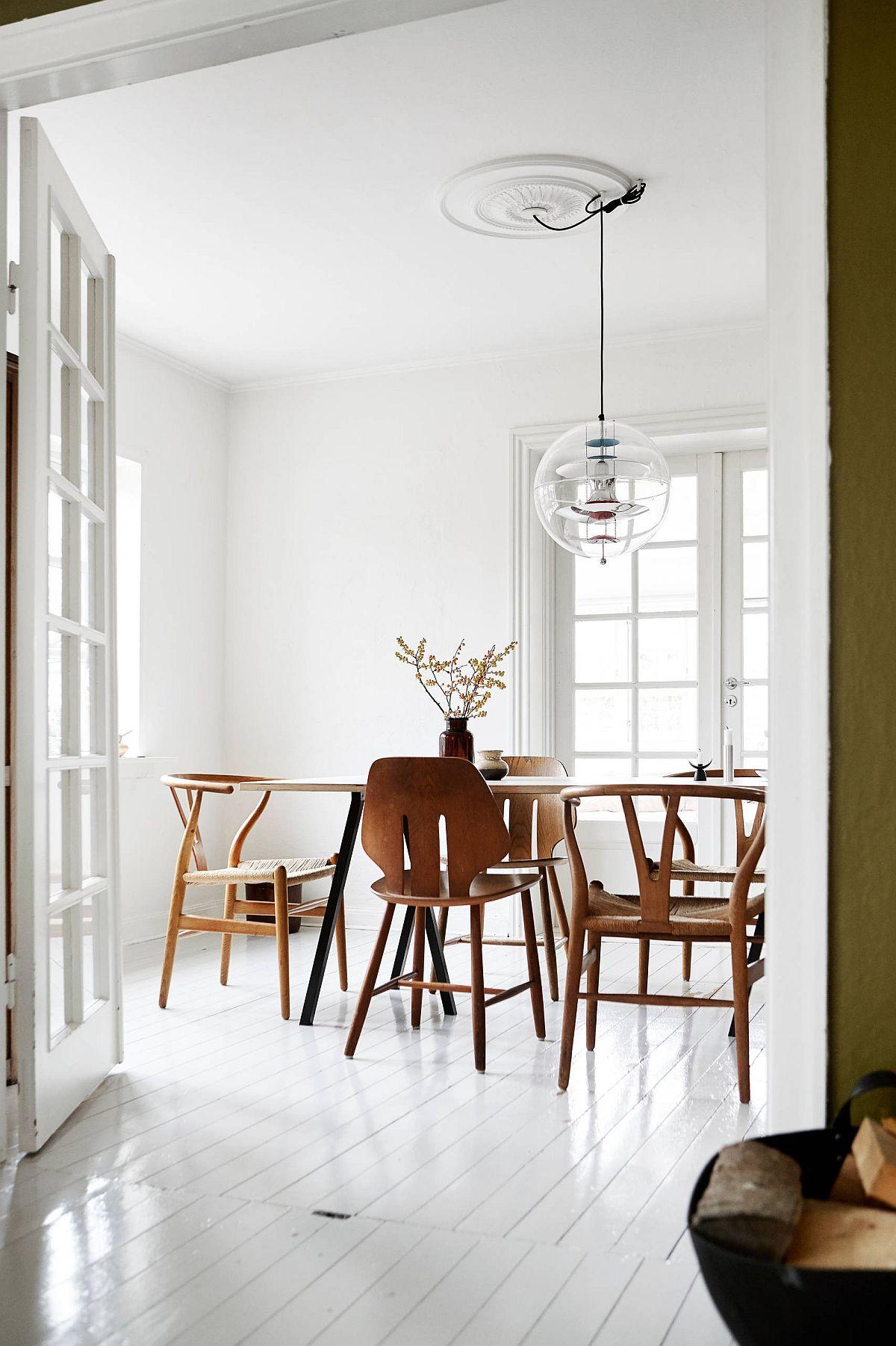Salle à manger de style scandinave polie et lumineuse en blanc et bois