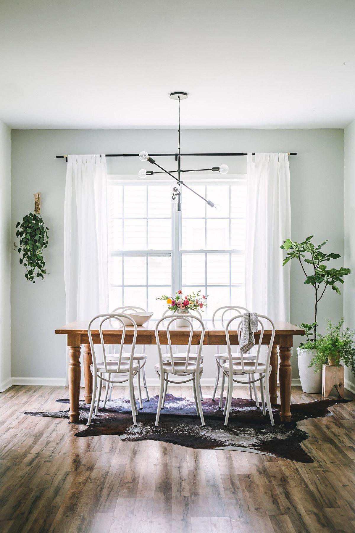 Le gris clair dans la salle à manger est aussi efficace que le blanc pour un décor charmant et élégant