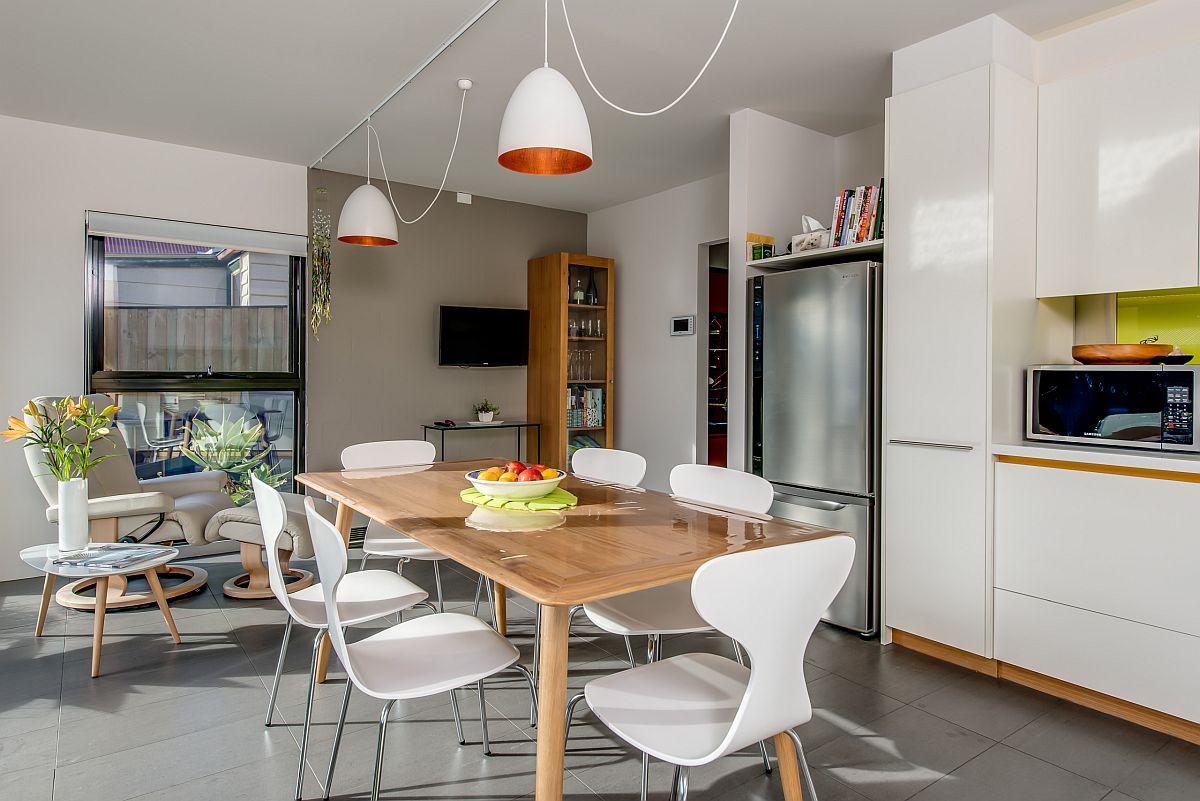 La cuisine et la salle à manger ont une palette de couleurs commune en bois et blanc
