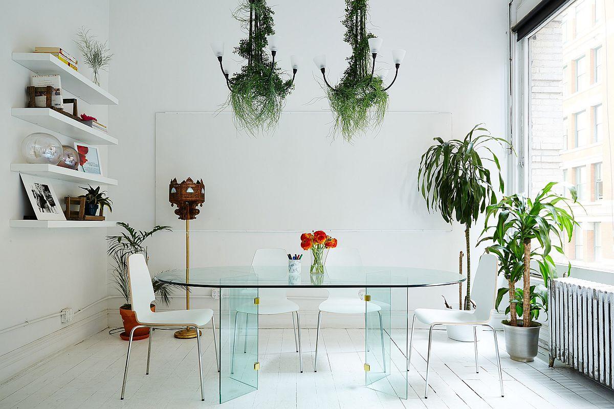 Salle à manger exquise de New York où la verdure inaugure des touches de couleur