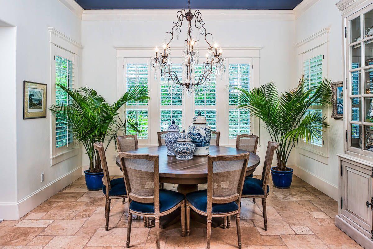 De grandes plantes d'intérieur dans la salle à manger apportent une ambiance décontractée à l'espace