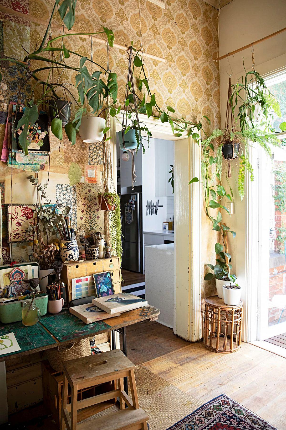 Bureau à domicile éclectique moderne à Melbourne avec une plante grimpante qui ajoute de la verdure à la pièce