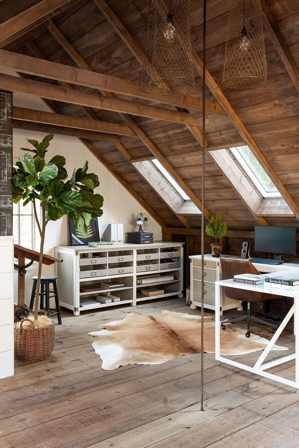 Grand bureau à domicile de style ferme dans le grenier avec une ambiance relaxante