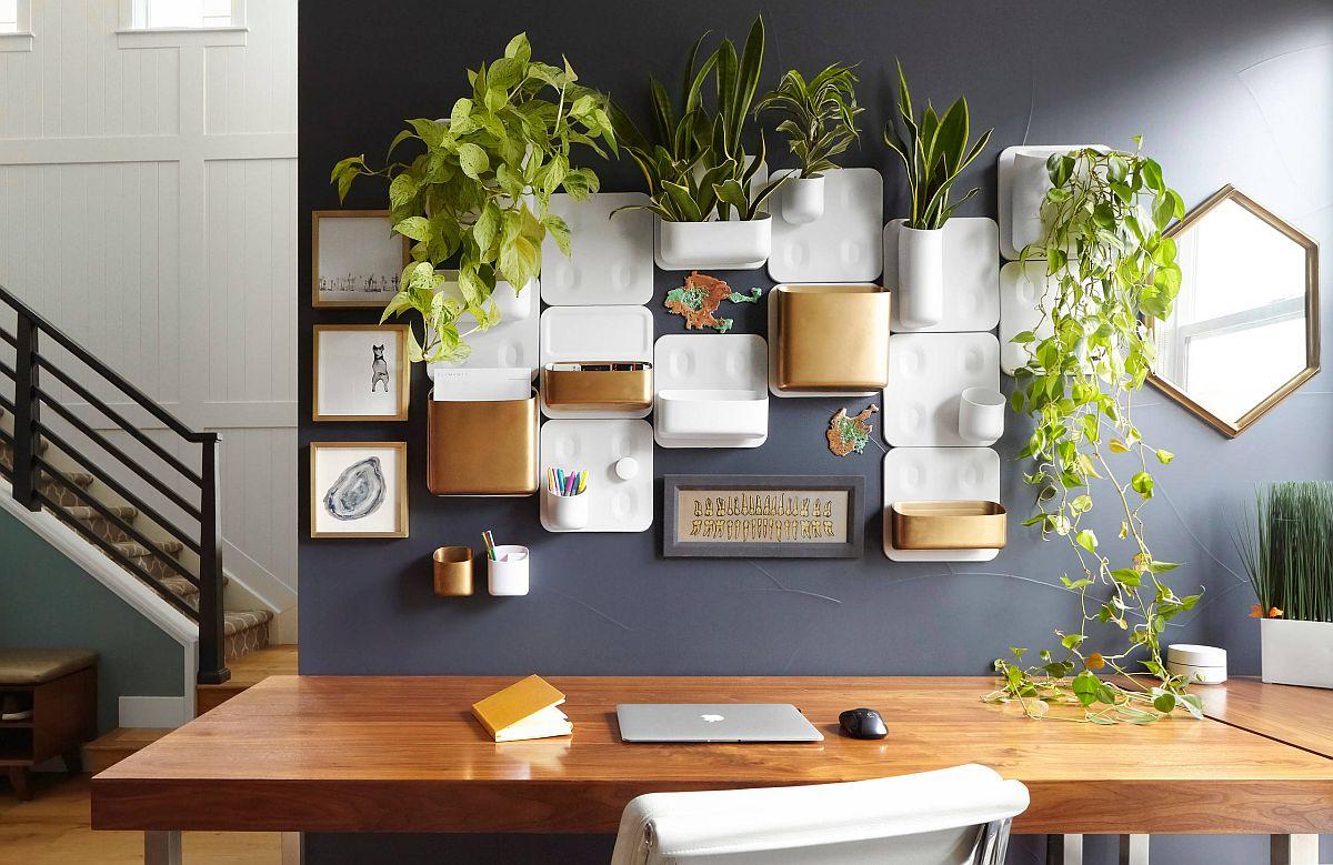 Les poches vertes murales ont le plus grand impact dans ce bureau à domicile organisé au milieu du siècle