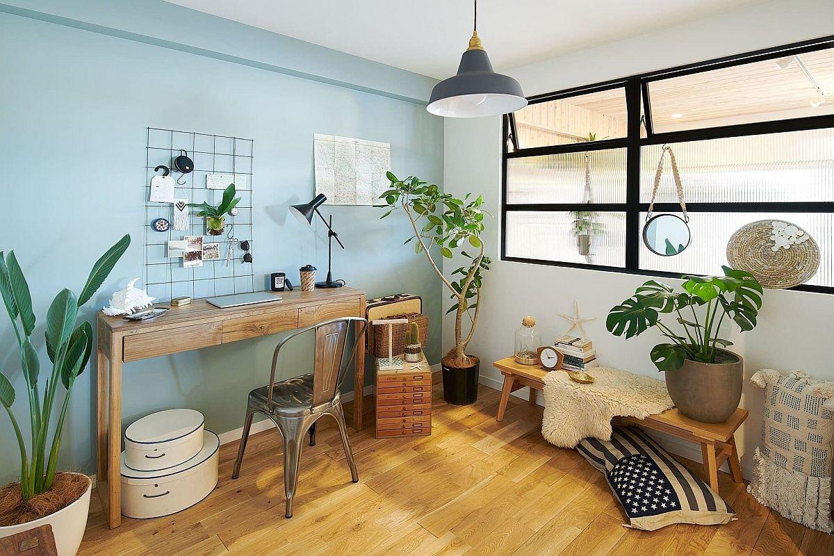 Le bureau à domicile de style côtier chic en blanc et bleu est un endroit idéal pour les plantes d'intérieur