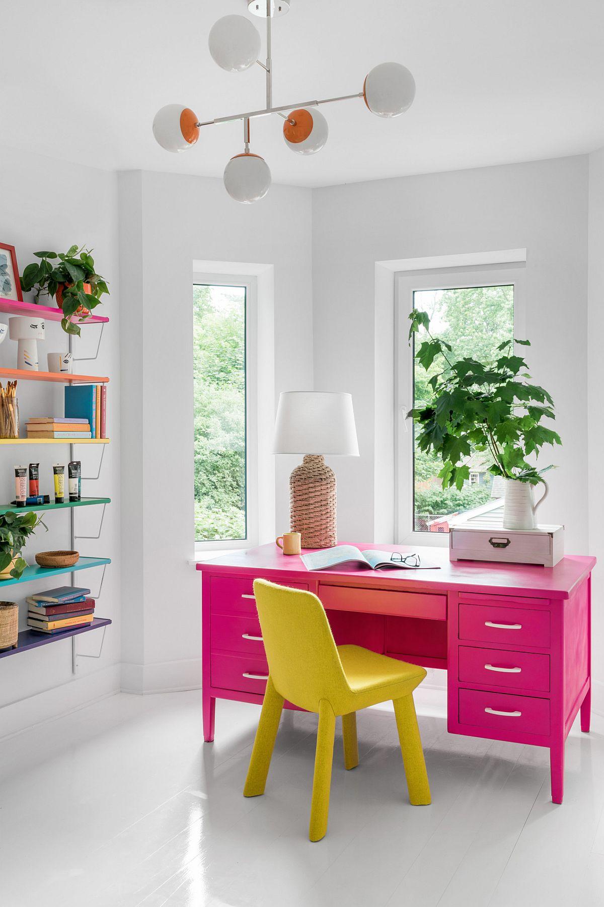 Un bureau rose vif brillant et une chaise jaune vif volent la vedette dans ce bureau à domicile contemporain